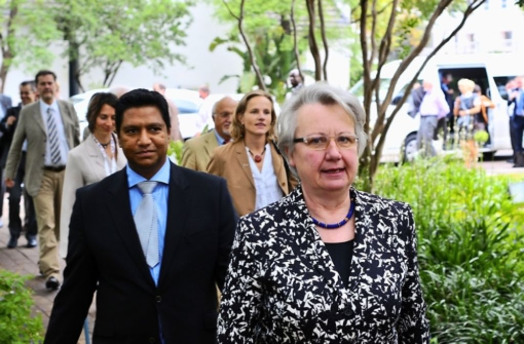 In Südafrika ging es für Annette Schavan fast nur um Fragen nach ihrem Rücktritt. Klicken Sie sich durch die Vita der Bundesbildungsministerin. Foto: dpa