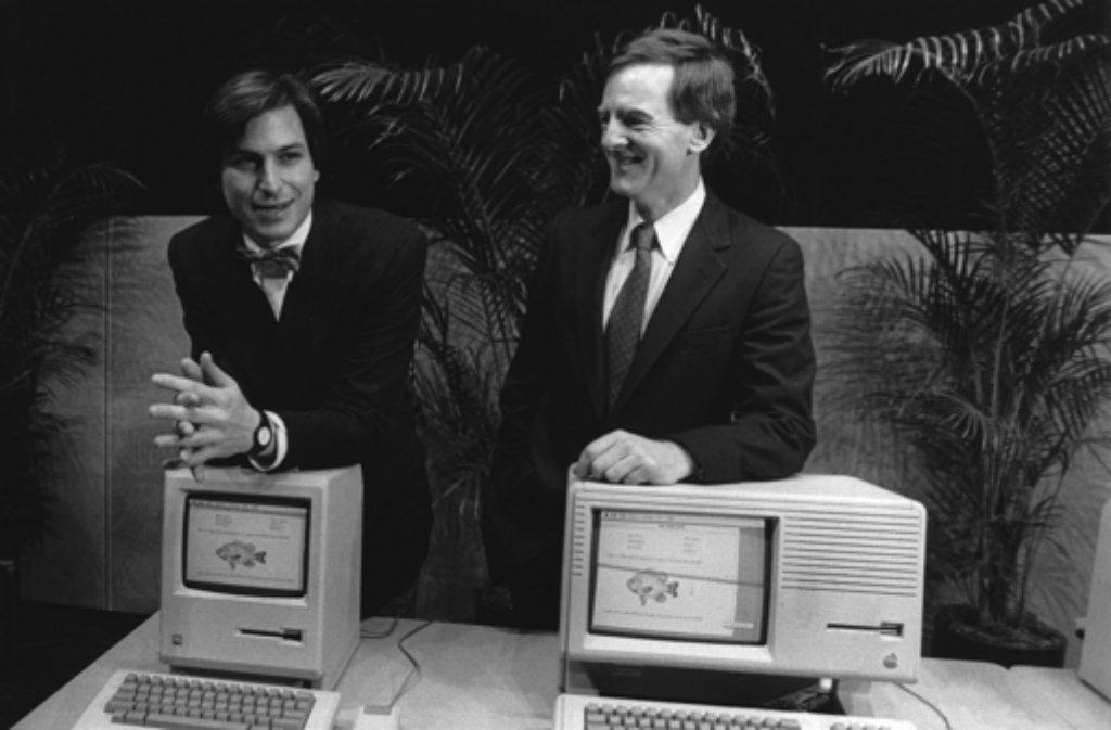 1984 stellt Apple den ersten Macintosh vor - seine Väter sind Steve Jobs (links, mit Marketing-Chef John Sculley) und Steve Wozniak. Foto: dpa