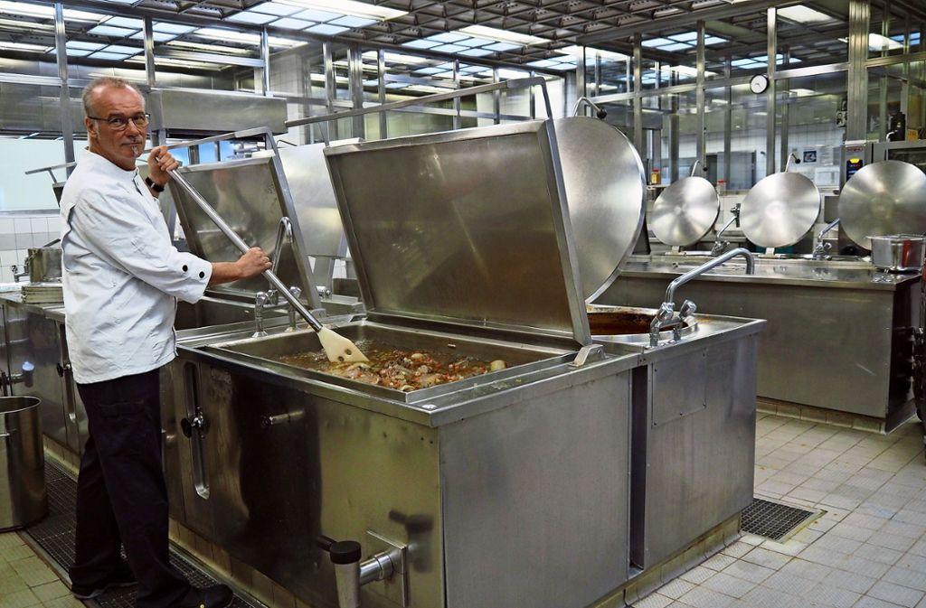 Als Küchenleiter steht Gerd Kirchhoff eigentlich nicht am Herd, für uns macht er aber mal eine Ausnahme. Foto: