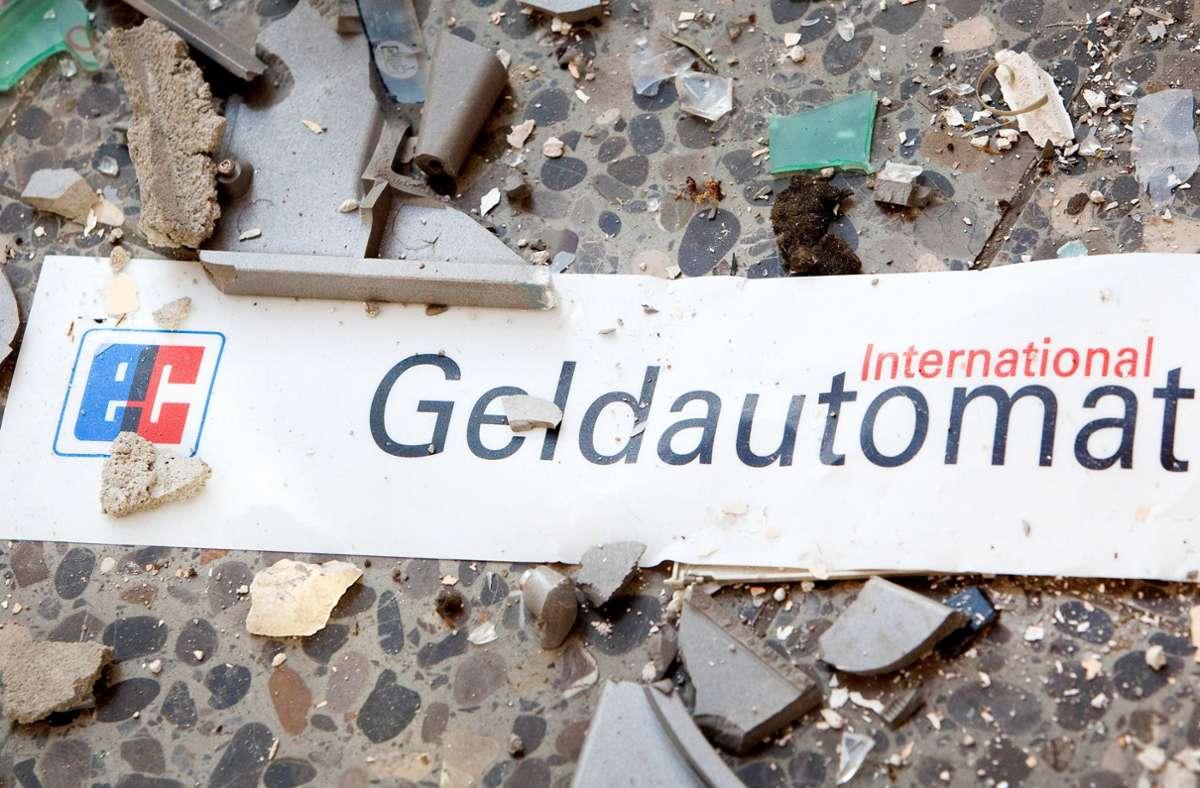 Die Explosion hat auch im Vorraum der Bank in Ihringen erheblichen Schaden angerichtet (Symbolfoto). Foto: dpa/Patrick Pleul