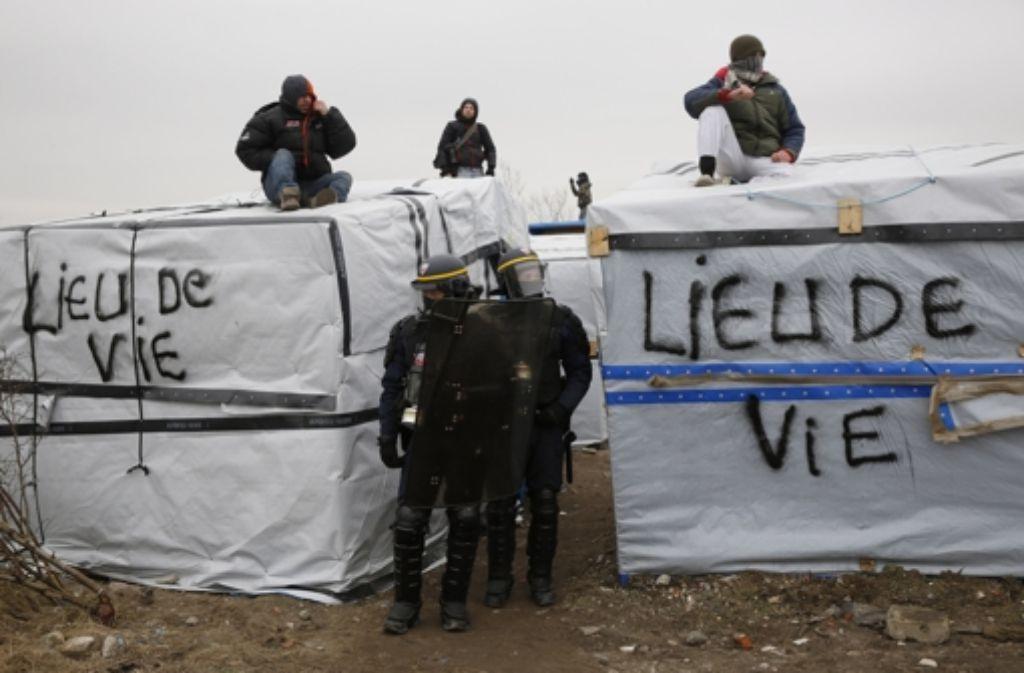 """""""Lieu de vie"""" – """"Lebenswelt"""" steht auf den Zelten in einem Flüchtlingslager im französischen Calais. Foto: AP"""