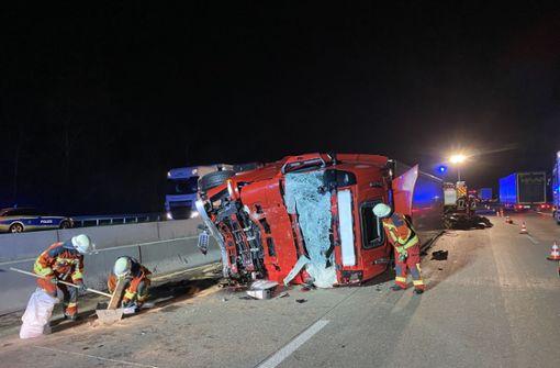 Spektakulärer Unfall mit Lkw sorgt für Vollsperrung der A5