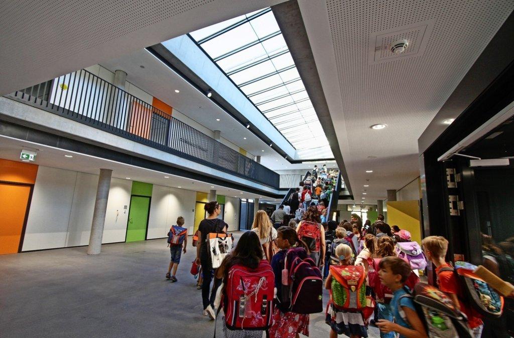 Zum ersten Mal huschen Kinderfüße über die Flure des neuen Gebäudes der Friedrich-Schiller-Schule. Foto: factum/Bach