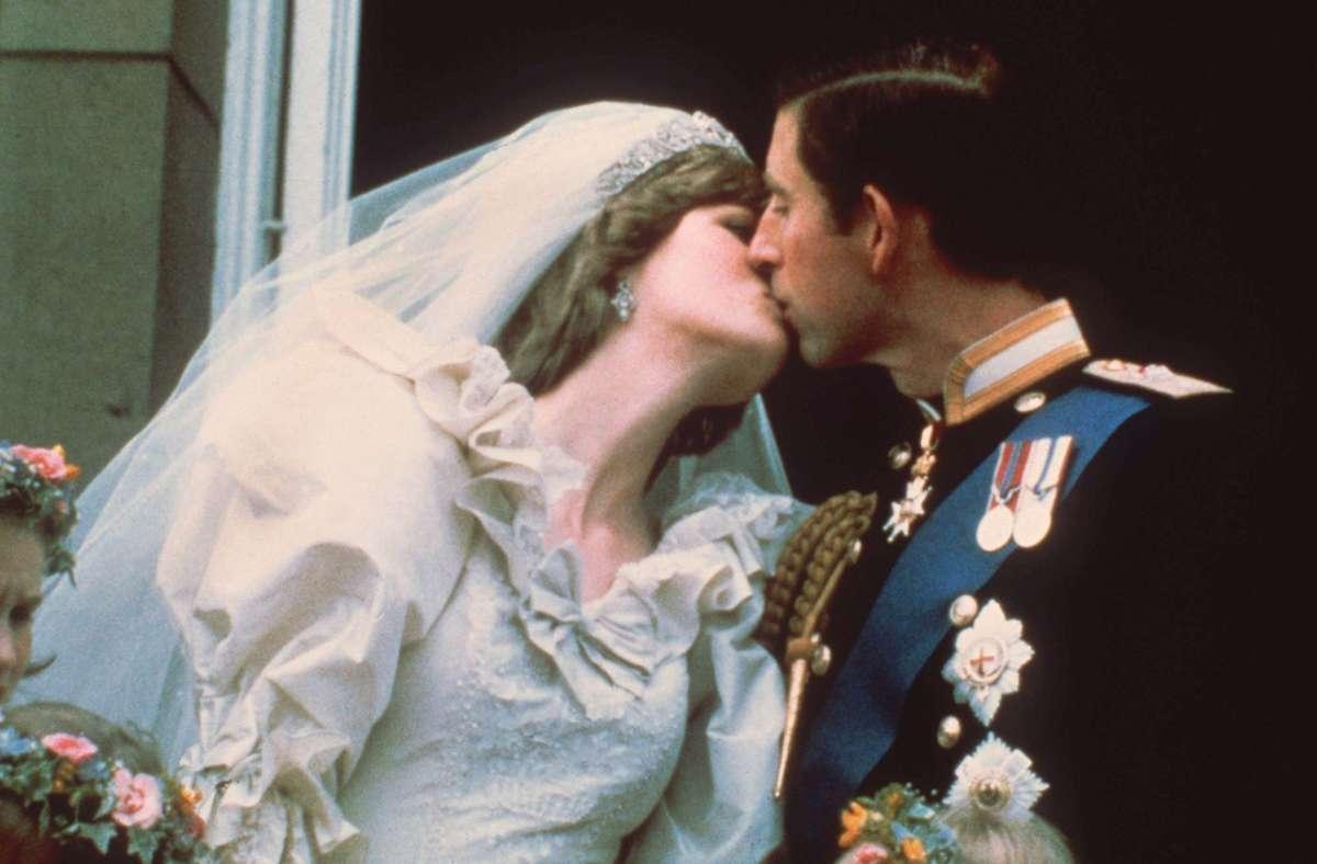 Ein Millionenpublikum in aller Welt sah am 29. Juli 1981  den  Hochzeitskuss des einstigen britischen  Traumpaares Prinz Charles und Lady Diana Spencer   auf dem Balkon des Buckingham Palace – er  dauerte  0,4 Sekunden Foto: dpa