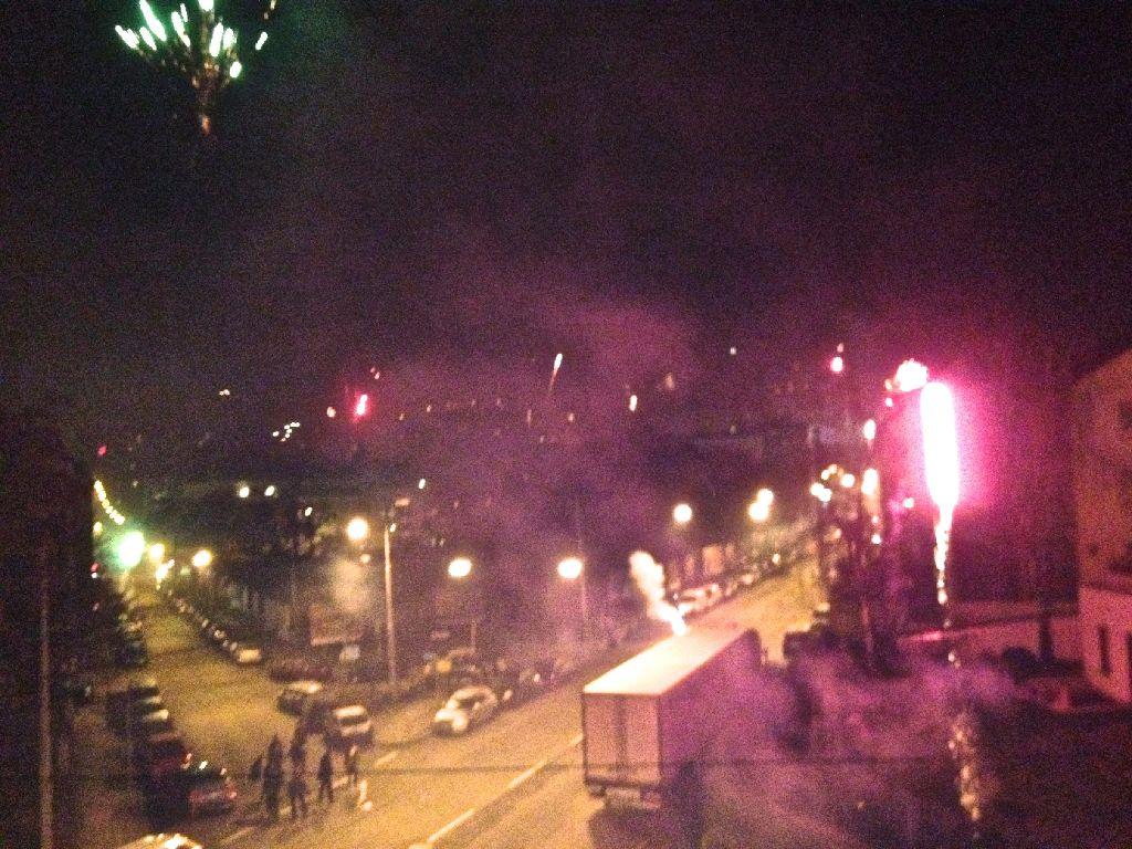 Verraucht aber besser als auf überfüllten Plätzen: Das Feuerwerk vom heimischen Balkon aus ankucken. Foto: StZ