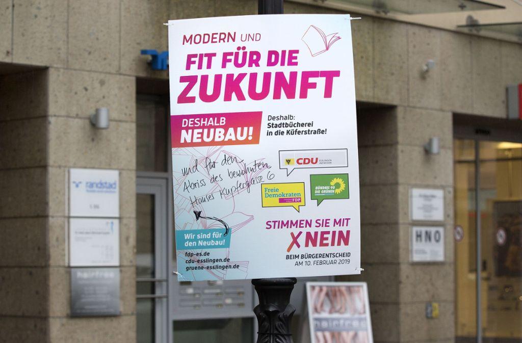 Auch dieses Plakat ist  beschmiert worden. Foto: Horst Rudel