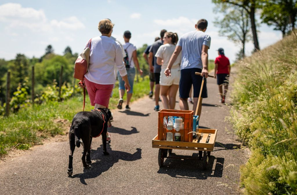 Auch in Stuttgart waren am Vatertag Menschen mit Bollerwagen unterwegs. Foto: dpa/Christoph Schmidt