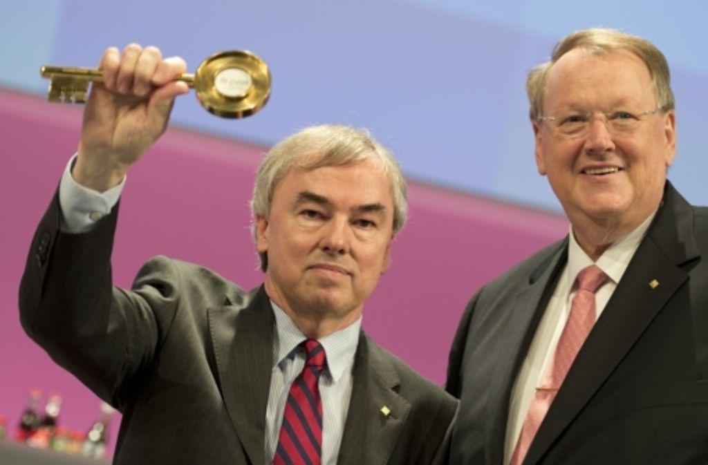 Klaus Dauderstädt (links) hat vom langjährigen Vorsitzenden Peter Heesen das Regiment im Deutschen Beamtenbund übernommen und strebt nun neue Ziele an. Foto: dapd