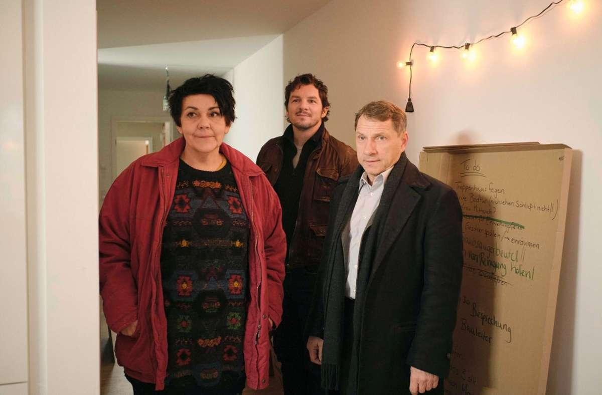 """Ulrike  zeigt den Kommissaren Bootz (Mitte, Felix Klare) und Lannert (Richy Müller) die Räumlichkeiten der """"Oase"""". Foto: SWR/Benoit Linder"""