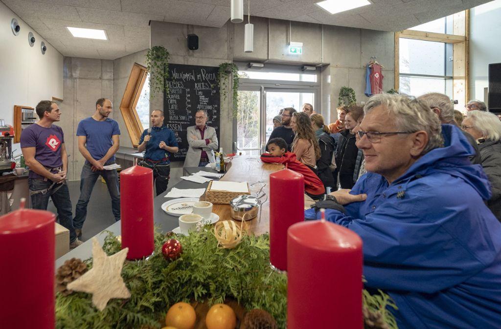 Georg Humburg, Florian Schüle und der Rathauschef Stefan Belz am Mikrofon (von links hinten) eröffneten am Samstag das Roccadion.  Foto: factum/Weise