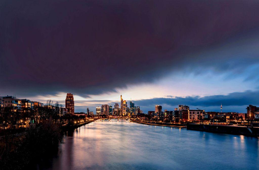 Nicht nur die EZB (rechts im Bild der Euro-Tower) pumpt derzeit Geld in den Markt. Foto: imago/Patrick Scheiber