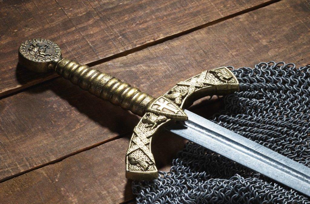 Ein mittelalterliches Schwert wie dieses - aber aus Gummi - gehört wohl zur Arbeitskleidung auf dem Esslinger Mittelalter- und Weihnachtsmarkt (Symbolbild). Foto: Shutterstock/sergey856