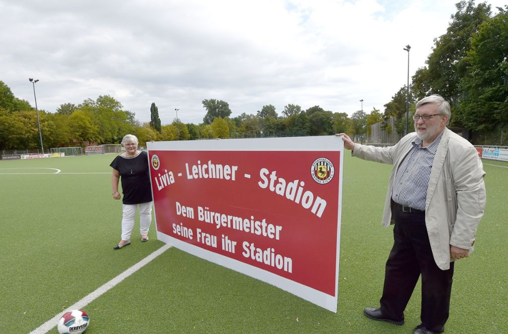 Livia Leichner (links) bekam von ihrem Mann, dem Oberbürgermeister der Stadt, den Stadionnamen zum 60. Geburtstag geschenkt. Foto: dpa