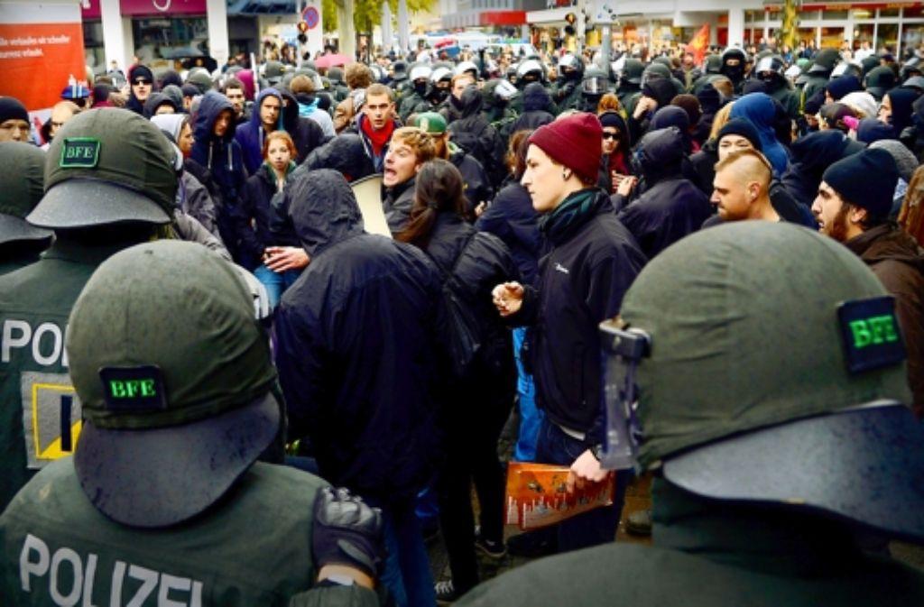 Die Polizei kesselt Demonstranten in der Unteren Marktstraße ein. Foto: dpa