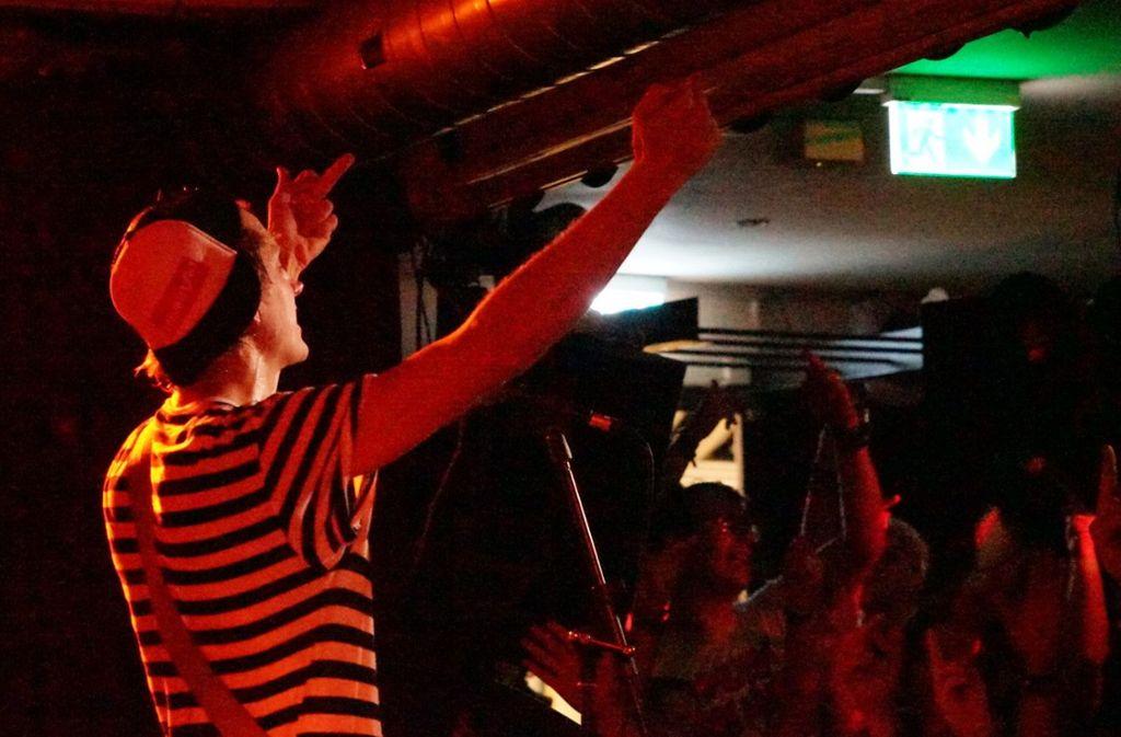 Stinkefinger für Plattenrezensenten: die Band Schmutzki bei ihrer Release-Party im Stuttgarter Club Goldmarks am Donnerstag. Weiter Bilder gibts in der Fotostrecke. Foto: Jan Georg Plavec