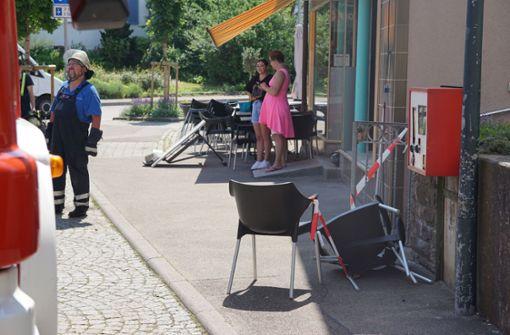 Auto gegen  Eiscafé gesetzt