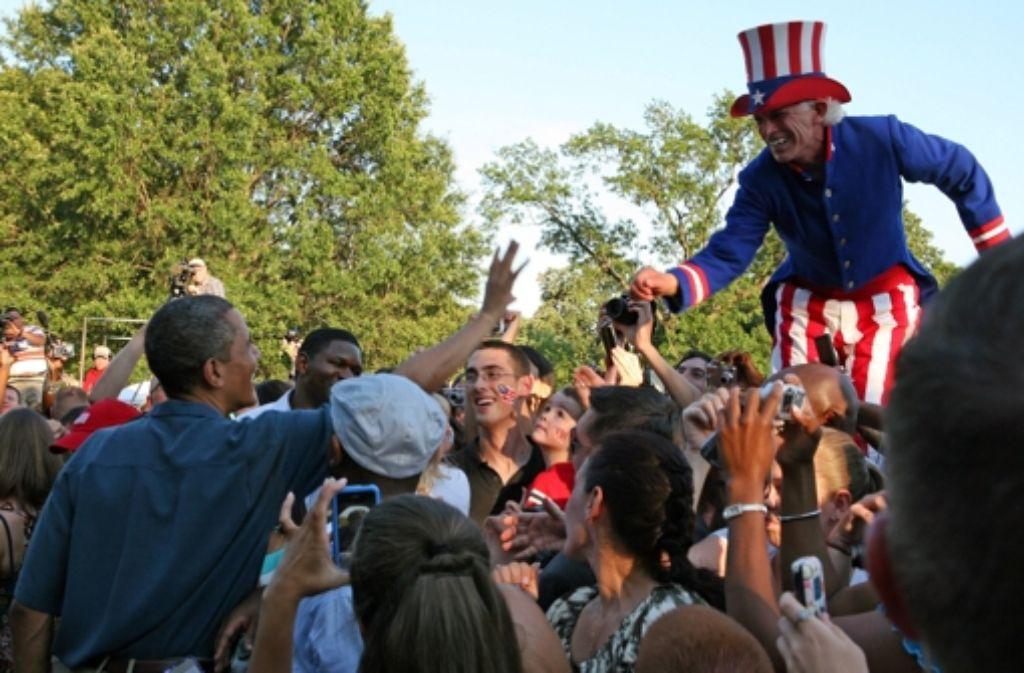 """So sieht Optimismus aus: US-Präsident Obama feiert den Unabhängigkeitstag mit """"Uncle Sam"""" und Bürgern im Garten des Weißen Hauses. Foto: dpa"""
