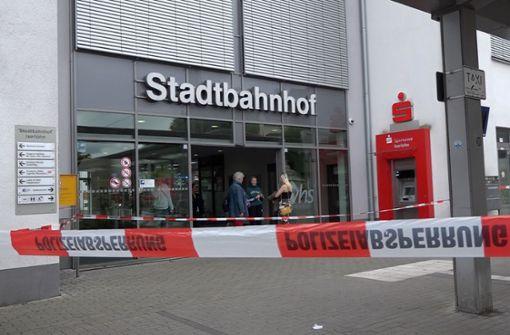 Zwei Tote bei Messerangriff vor etlichen Passanten am Bahnhof