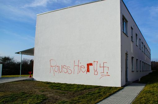 Hakenkreuze auf Flüchtlingsunterkunft