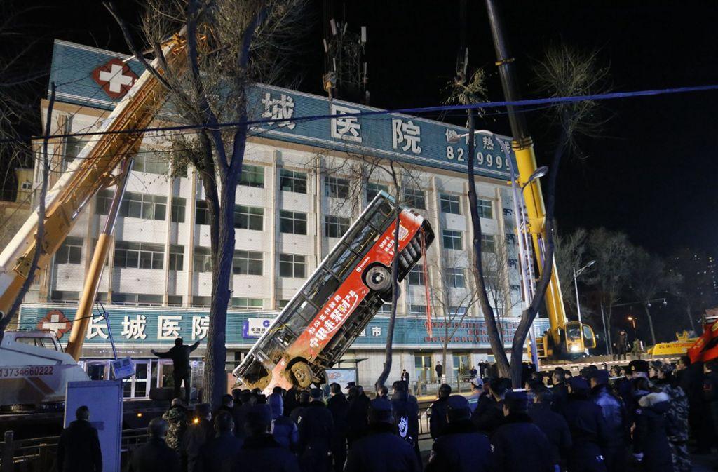 Der Bus wurde mit einem Kran geborgen. Foto: dpa/Uncredited