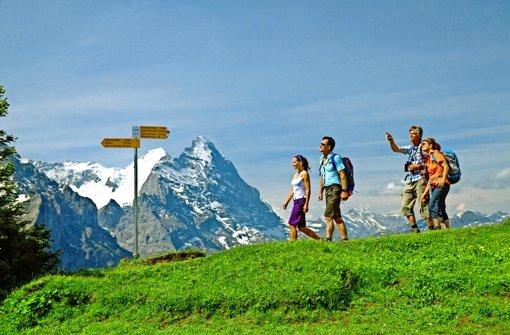 Auf der Stuttgarter Reisemesse wird mit Bildern einer heilen Welt geworben. Hier genießen Wanderer auf der Großen Scheidegg die Aussicht auf  Eiger & Co. Foto: Mauritius