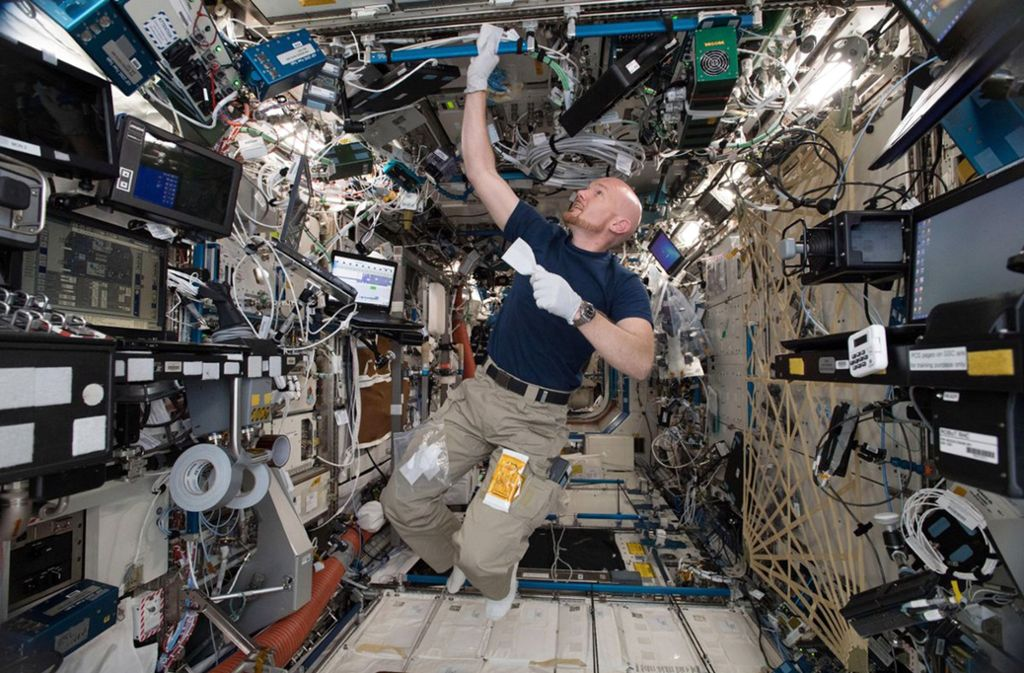 Alexander Gerst beim Putzen auf der Raumstation ISS. Foto: Alexander Gerst