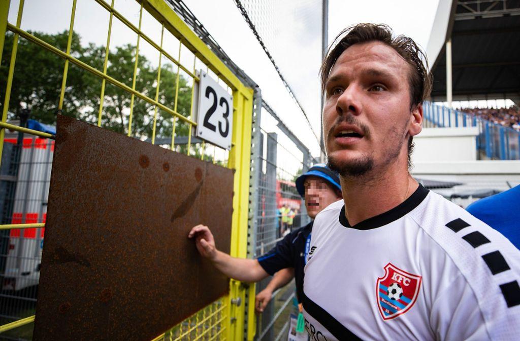 Christopher Schorch von KFC Uerdingen redet auf die aufgebrachten Fußballfans ein. Foto: Bongarts