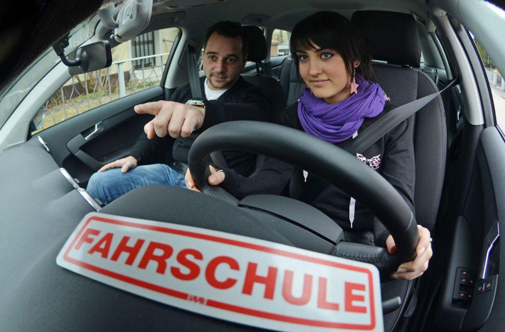 Kann sich auch finanziell lohnen: ein Job als Fahrlehrer. (Symbolbild) Foto: dpa