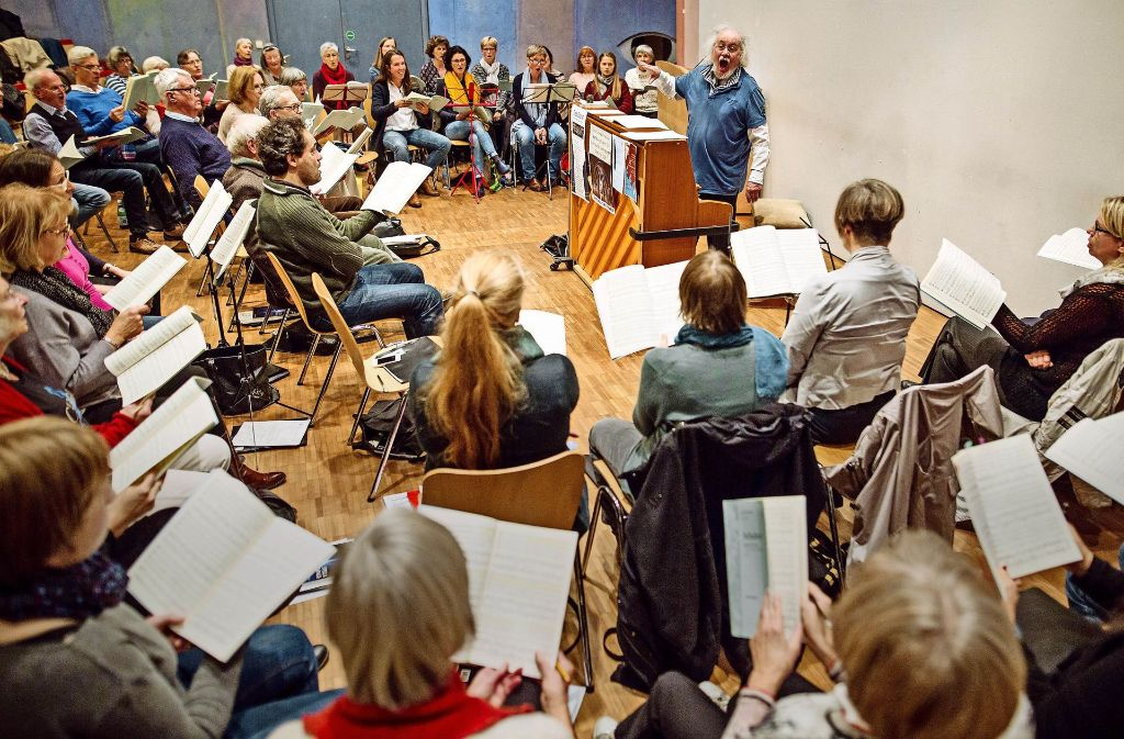 """""""Gaanz breit muss es hier klingen"""" – Chorleiter Walter Pfohl gibt Sängerinnen und Sängern Anweisungen. Foto: Lichtgut/Christoph Schmidt"""