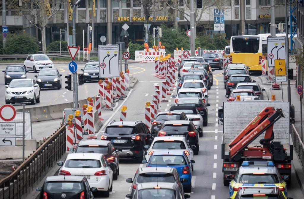 Stadtauswärts gibt es hier für Autofahrer künftig nur noch zwei statt drei Fahrstreifen. Der ganz rechts wird für Busse und E-Fahrzeuge reserviert. Foto: Lichtgut/Achim Zweygarth