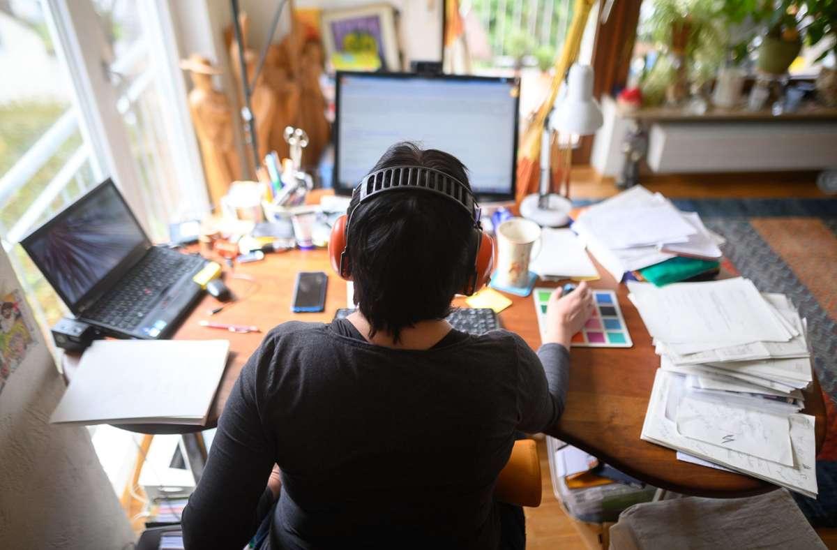 Männer arbeiteten weniger im Homeoffice. Auch vermissten sie das Büro mehr als Frauen. Foto: dpa/Sebastian Gollnow
