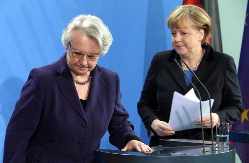Angela Merkel (rechts) gibt den Rücktritt ihrer Ministerin Annette Schavan bekannt. Foto: dpa
