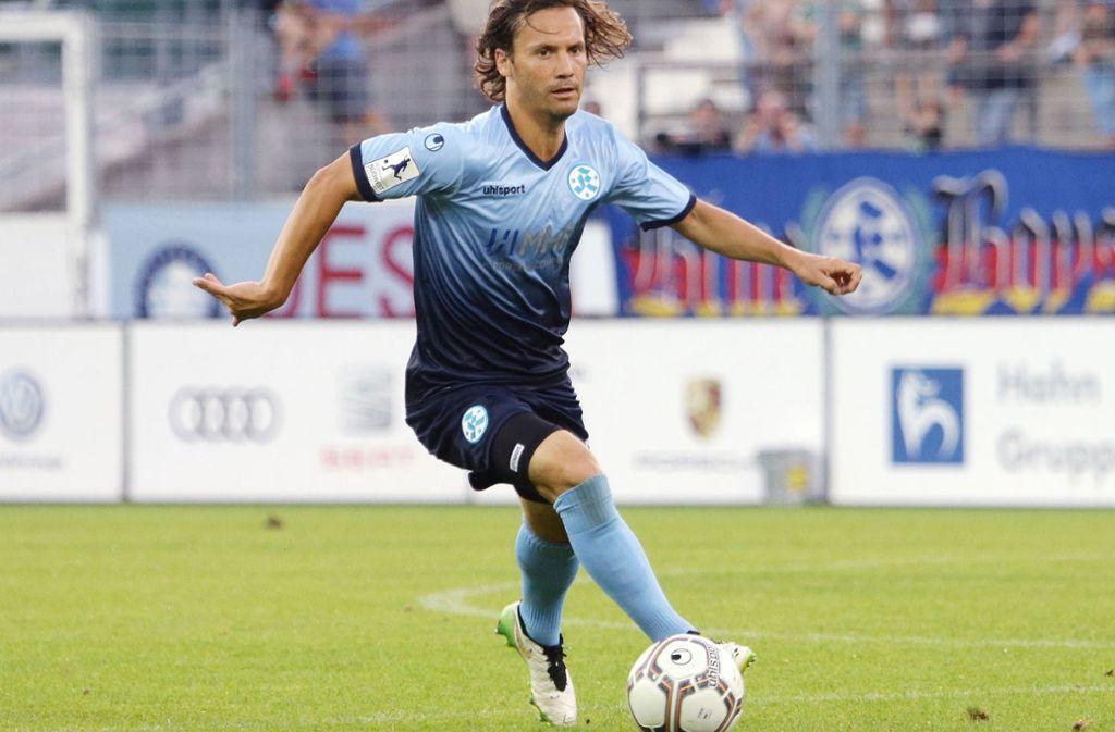 In der Oberliga werden die Kickers viel Ballbesitz haben – auch deshalb soll der spielstarke Sebastian Mannström bei den Blauen bleiben. Foto: Baumann