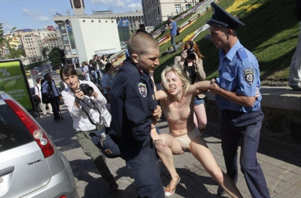 """Aktivistinnen von """"Femen"""" werden festgenommen. Foto: dpa"""