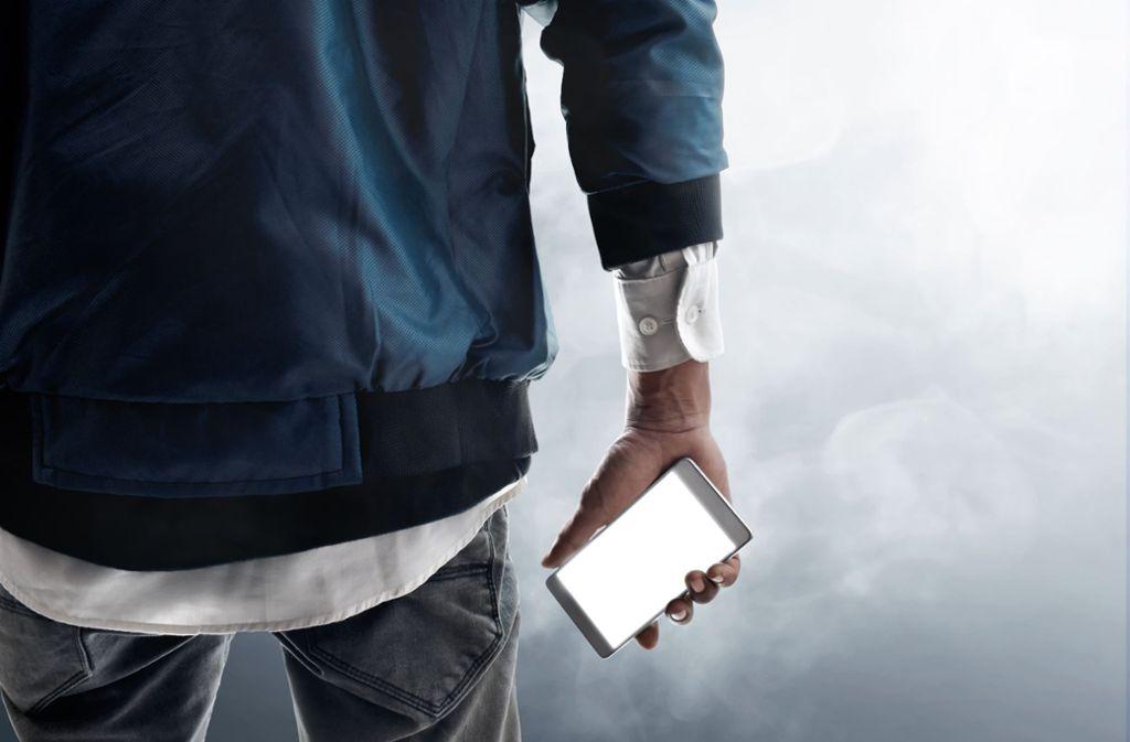 Der Unbekannte hatte das Smartphone aus der Ladenauslage gestohlen. (Symbolbild) Foto: Shutterstock/FOTOKITA