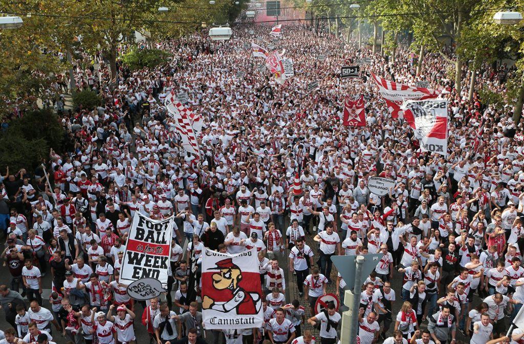 """Die """"Karawane Cannstatt"""" ist unter VfB-Fans ein Highlight. Foto: Pressefoto Baumann"""