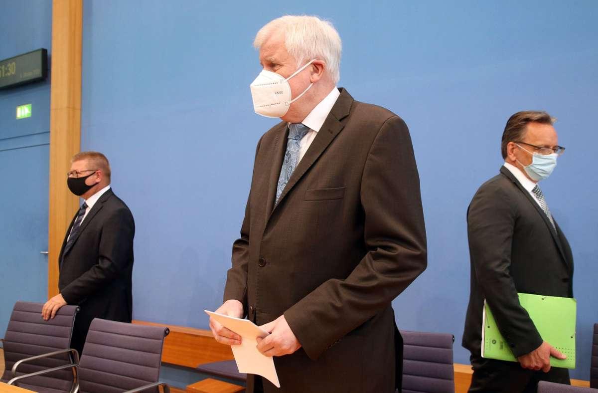 Horst Seehofer bei der Vorstellung des Lageberichts. Foto: AFP/WOLFGANG KUMM