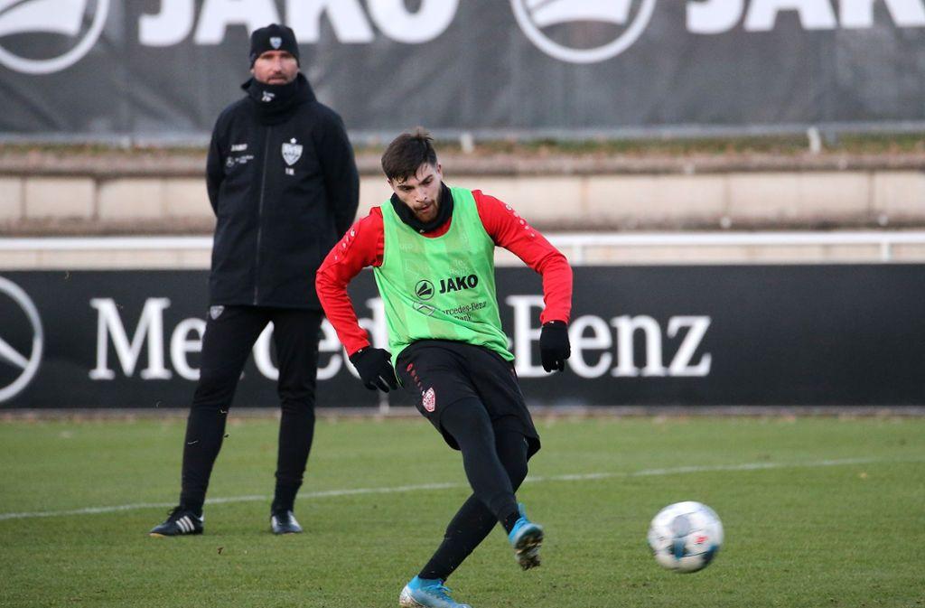 Tim Walter beobachtet genau, was Nikos Zografakis im Training abliefert. Foto: Pressefoto Baumann/Julia Rahn