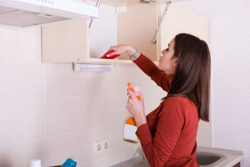 Küchenschränke reinigen in 5 Schritten
