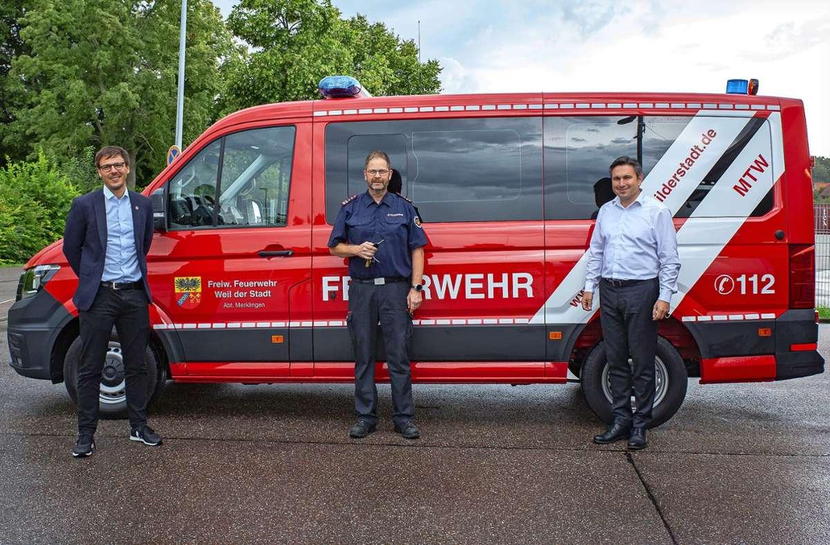 Für Bürgermeister Christian Walter (links) war die Fahrzeugübergabe an  Feuerwehrkommandant Wolfgang Bäuerle (Mitte) eine Premiere. Autohaus-Weeber-Standortleiter  Ralf Salzgeber (rechts) sorgte dafür, dass alle Wünsche der Wehr erfüllt wurden. Foto: Stadt Weil der Stadt