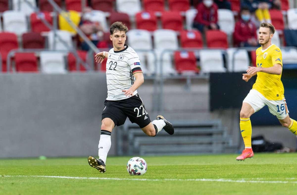 VfB-Profi Mateo  Klimowicz (li.) ist am Dienstag gegen Rumänien erstmals in der Startelf der deutschen U21 gestanden. Damit setzt er eine lange Tradition von Stuttgarter Profis im Unterbau der Nationalelf  fort. Foto: Imago/Gonzalez