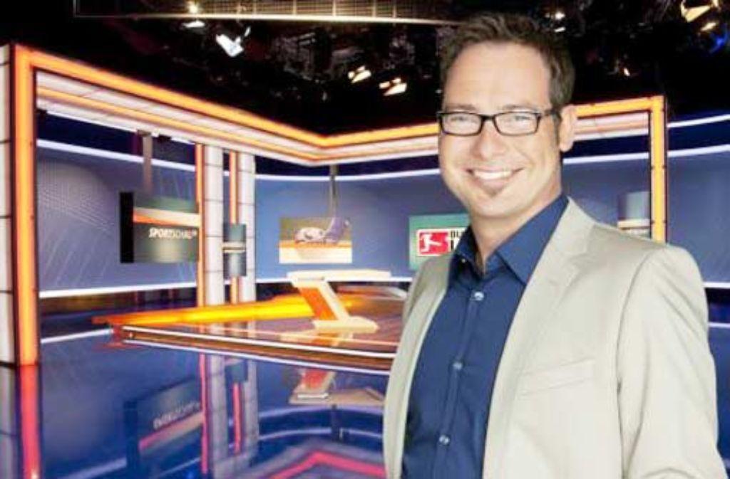 Einen eigenen Begrüßungsspruch hat er sich nicht ausgedacht, das wäre doch nur übertriebener Ehrgeiz: Matthias Opdenhövel vor der Sportschau-Kulisse. Foto: ARD