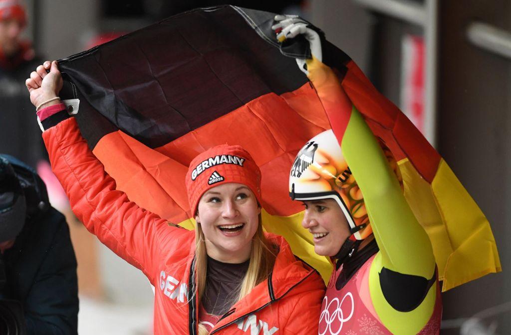Olympia-Gold für Natalie Geisenberger (rechts) im Rodeln, Silber geht an Dajana Eitberger. Foto: AFP