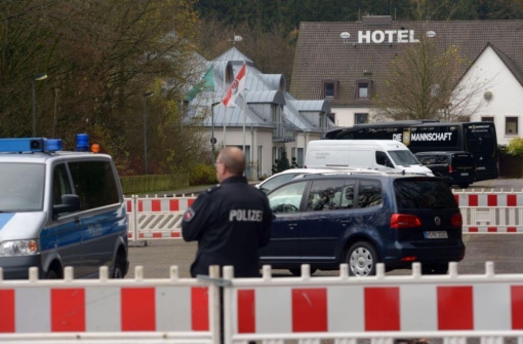 Vor dem Teamhotel der deutschen Fußball-Nationalelf wacht die Polizei. Foto: dpa