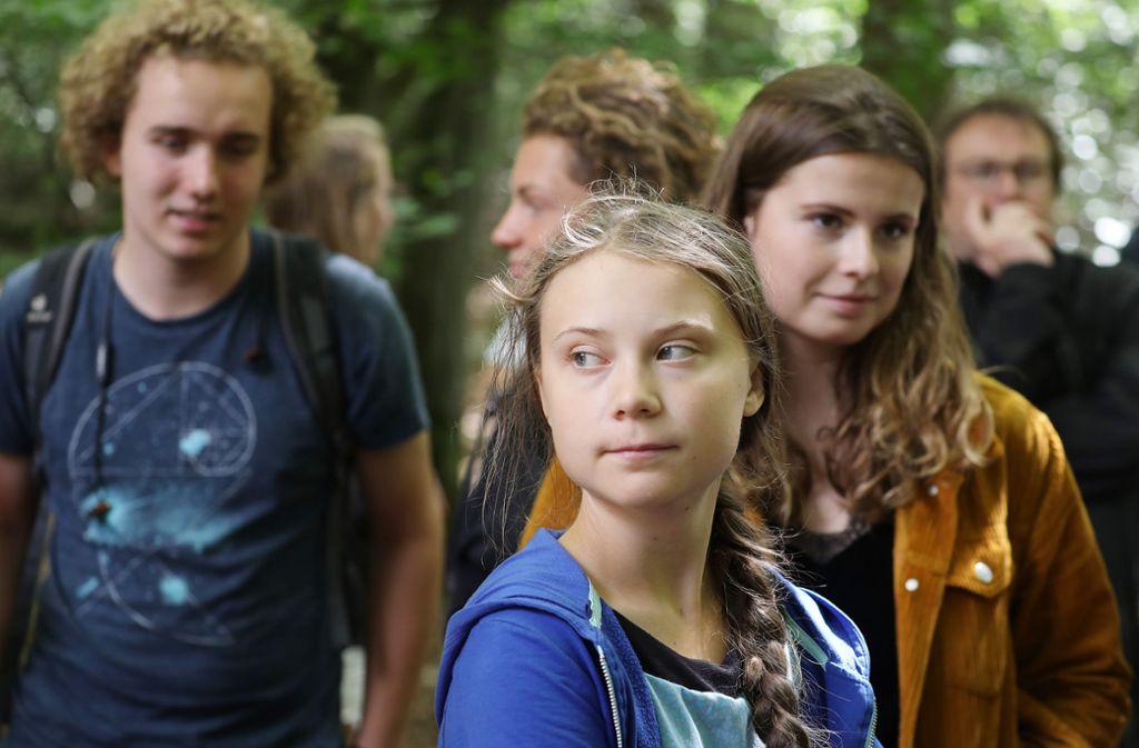 Greta Thunberg mit Luisa Neubauer (r), der deutschen Organisatorin der Klimastreiks «Fridays for Future», im Hambacher Forst. Foto: dpa