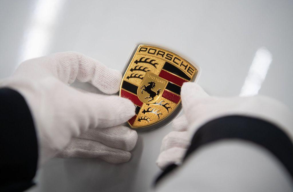 Ein Porsche-Emblem auf der Motorhaube des Taycan. Foto: dpa/Marijan Murat