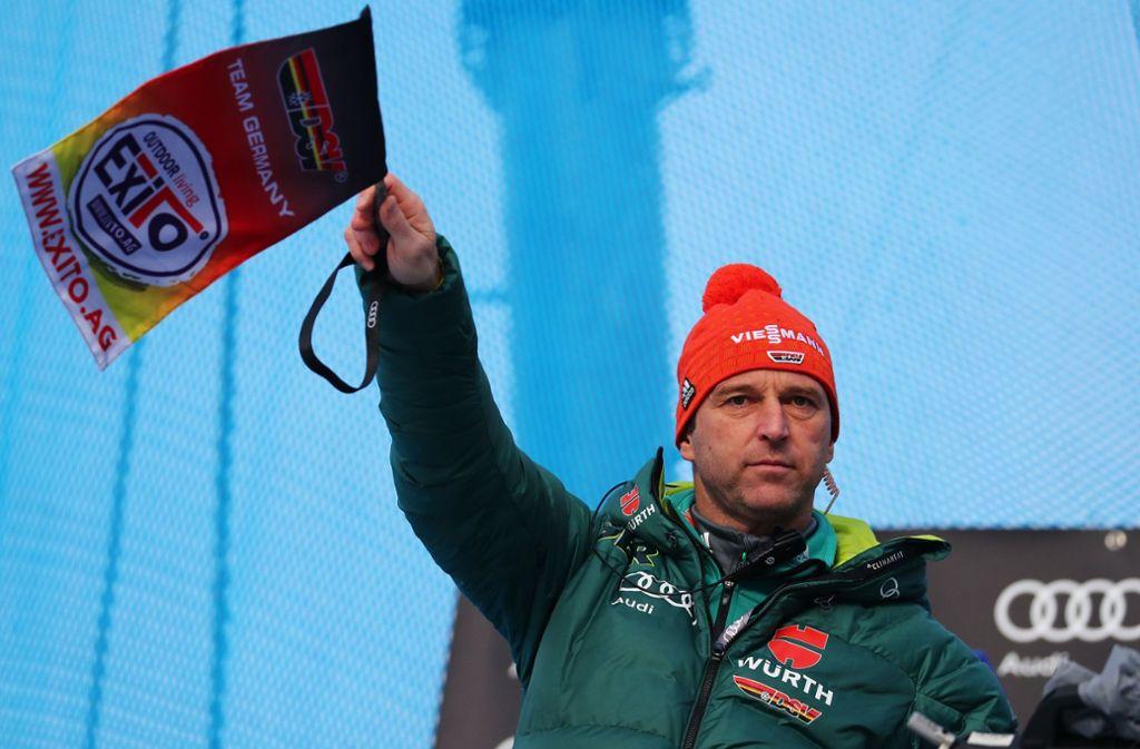 Der Mann mit dem Fähnchen in der Hand geht: Werner Schuster Foto: dpa