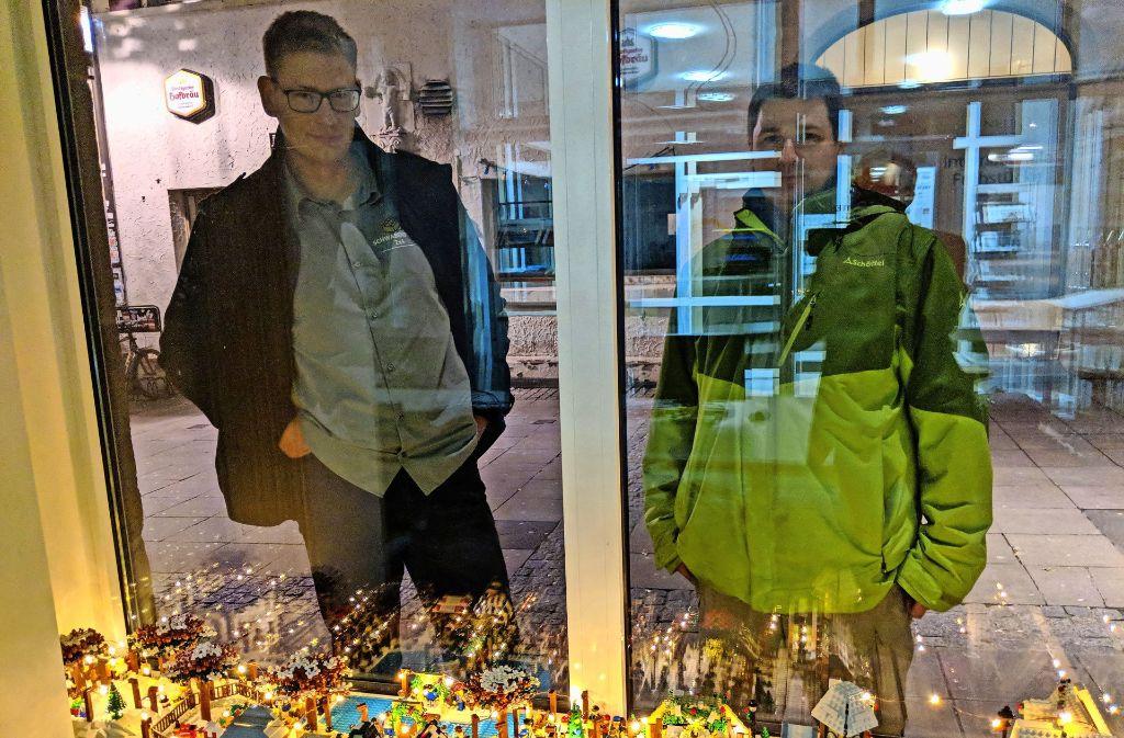 Daniel Schäfers, der Vorsitzende des Vereins Schwabenstein 2x4, und David Haubrich (rechts) begutachten ihre Werke in den Fenstern des Redaktionsbüros. Foto: Jürgen Brand