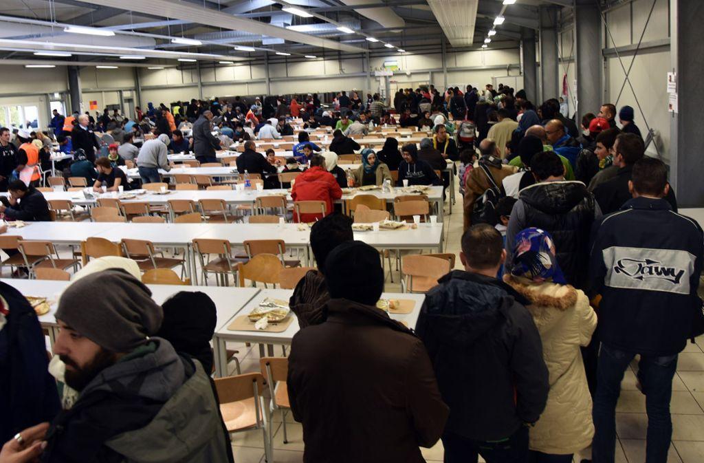 Bleibt die Landeserstaufnahmestelle in Ellwangen? (Foto vom Oktober 2015). Am 6. Dezember fällt die Entscheidung. Foto: dpa