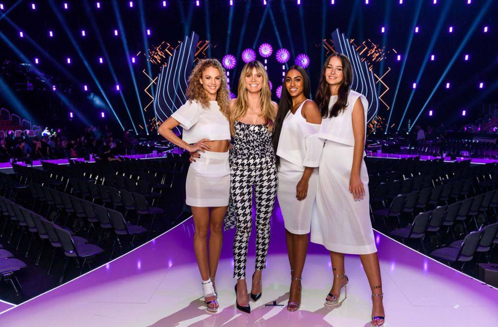 """Das Finale der letzten Staffel von """"Germany's next Topmodel"""" gewann Simone Kowalski mit der blonden Wallemähne (ganz links). Neben ihr: Heidi Klum, der einzige Weltstar, den """"GNTM"""" in 15 Jahren  hervor gebracht hat. Foto: dpa/Pro Sieben/Willi Weber"""